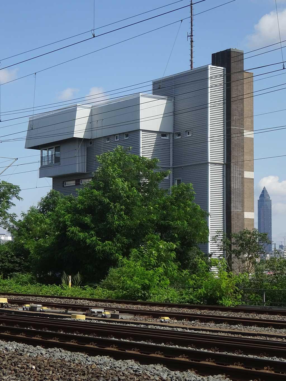 Kleiner Tower-Bau in Nähe der Niederräder Brücke in Frankfurt