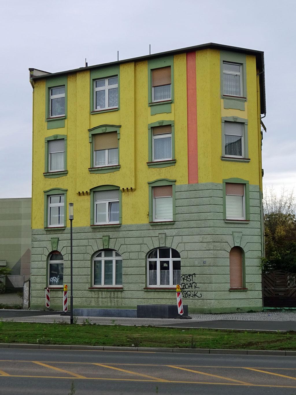 Gelb-grünes Haus mit rotem Streifen in Offenbach