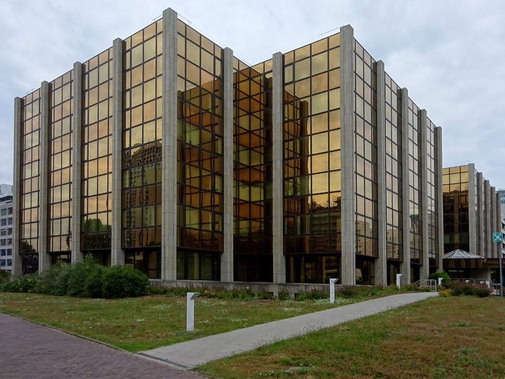 Bürogebäude mit Glasfront in Frankfurt-Niederrad
