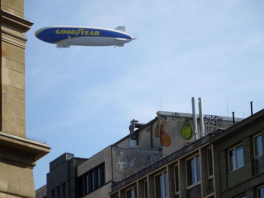 Goodyear-Zeppelin fliegt in Frankfurt