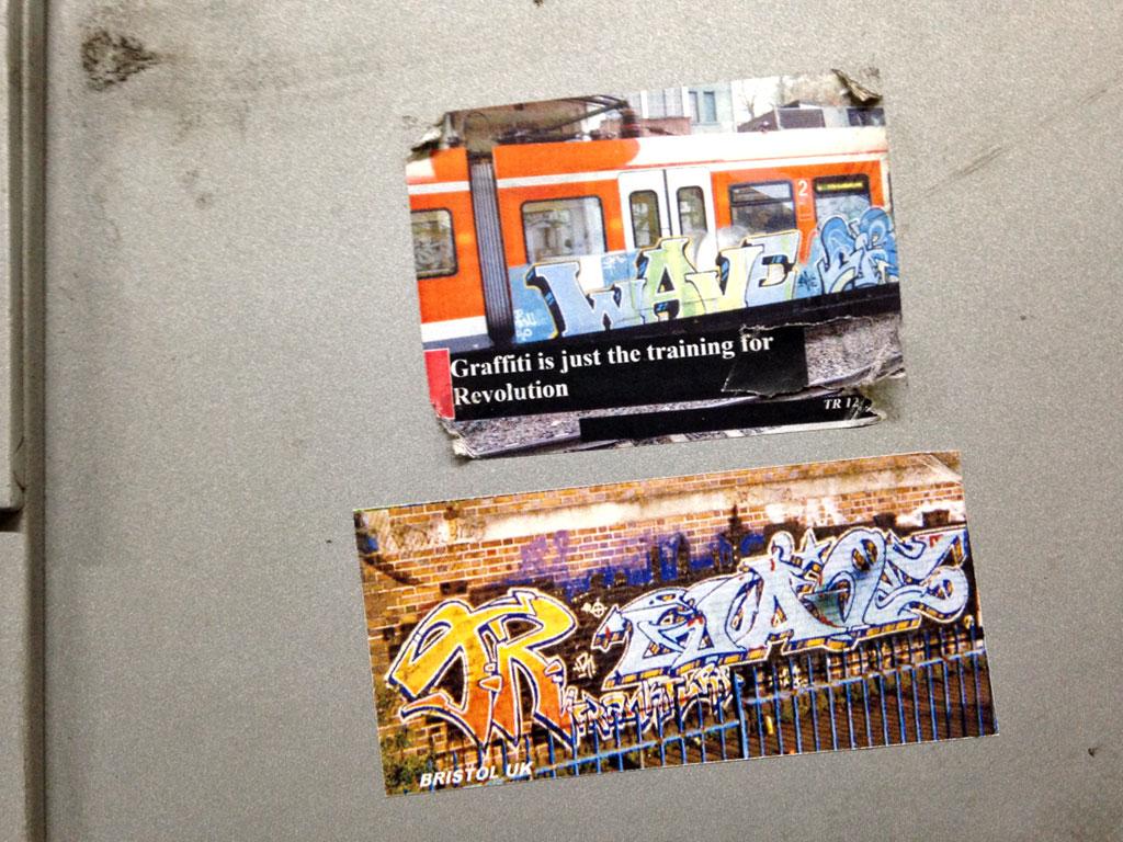 Fotos mit Graffiti auf Aufklebern