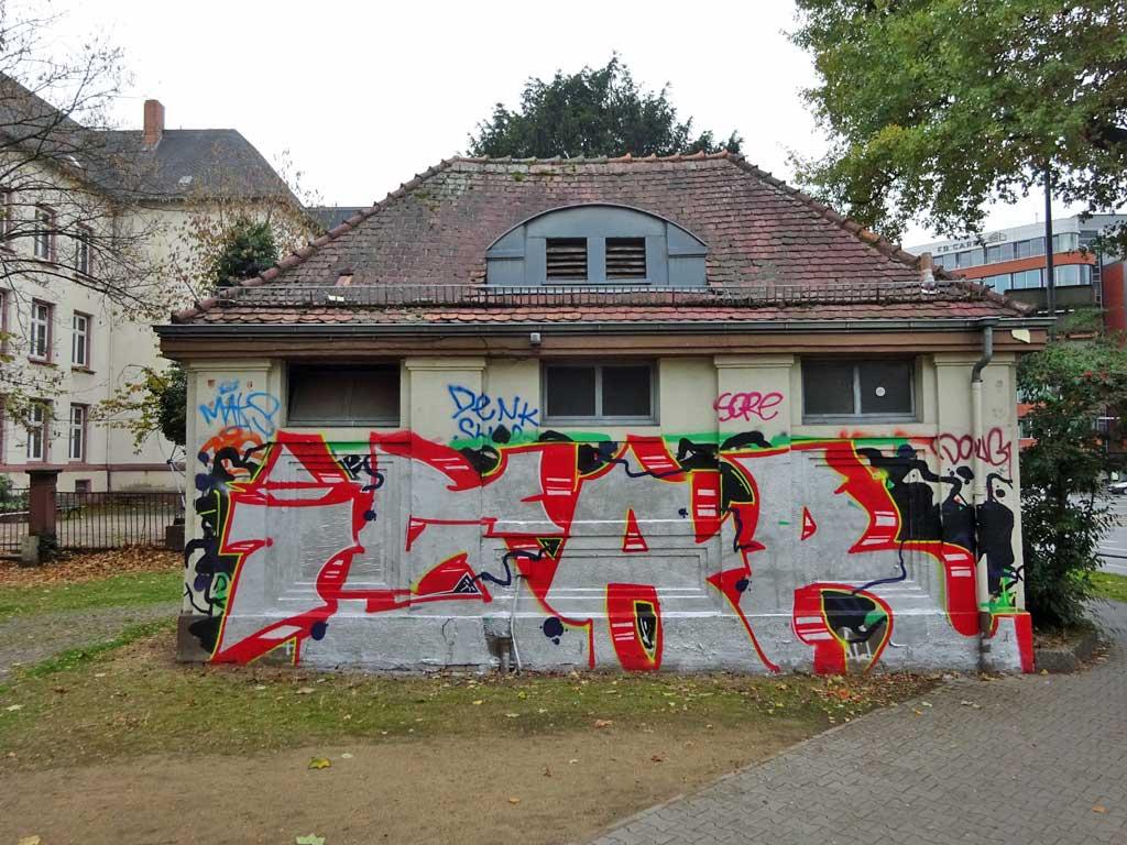 Nicht fertig gemaltes Graffiti von jemand andere fertig gemalt bzw. übermalt