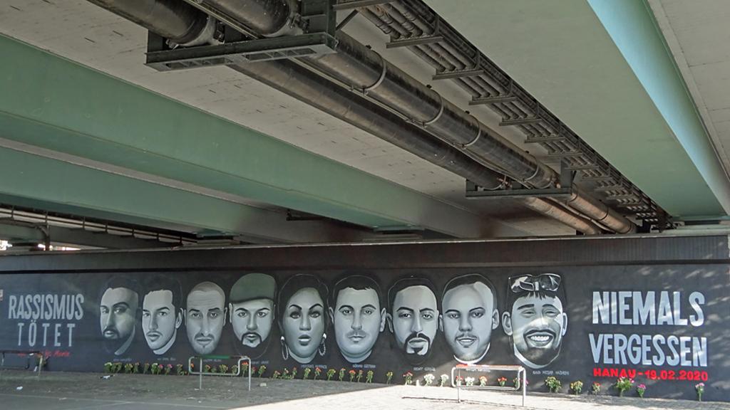 Graffiti an der Friedensbrücke in Frankfurt gedenkt der 9 Opfer von Hanau