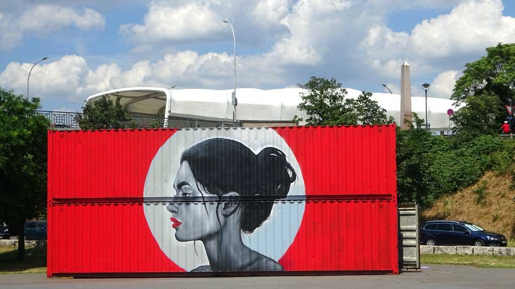 Graffiti am Kasteler Rheinufer - Roter Container mit Frauen-Portrait