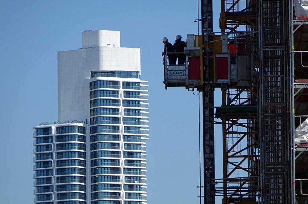Grand Tower und Bauarbeiter in Frankfurt