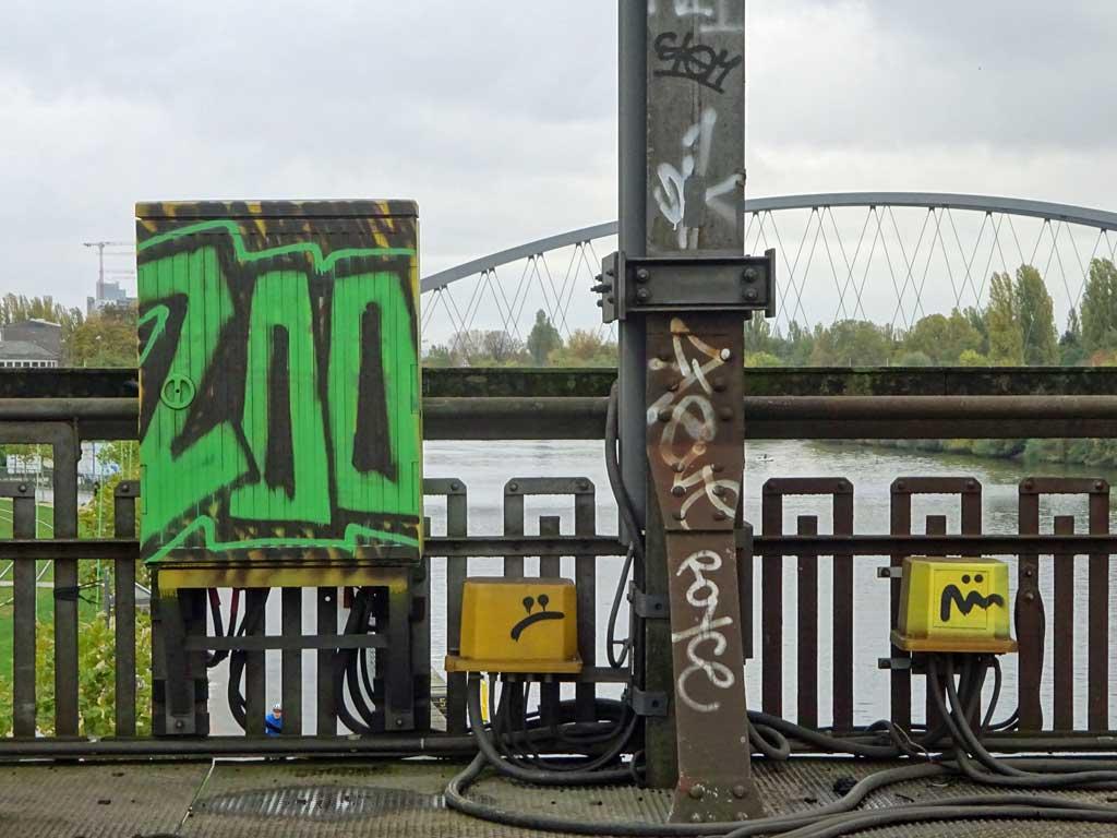 Grauer Kasten mit Graffiti
