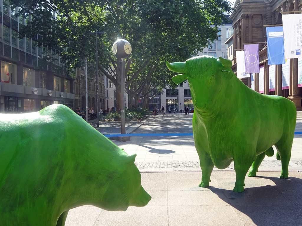Bulle und Bär in grün