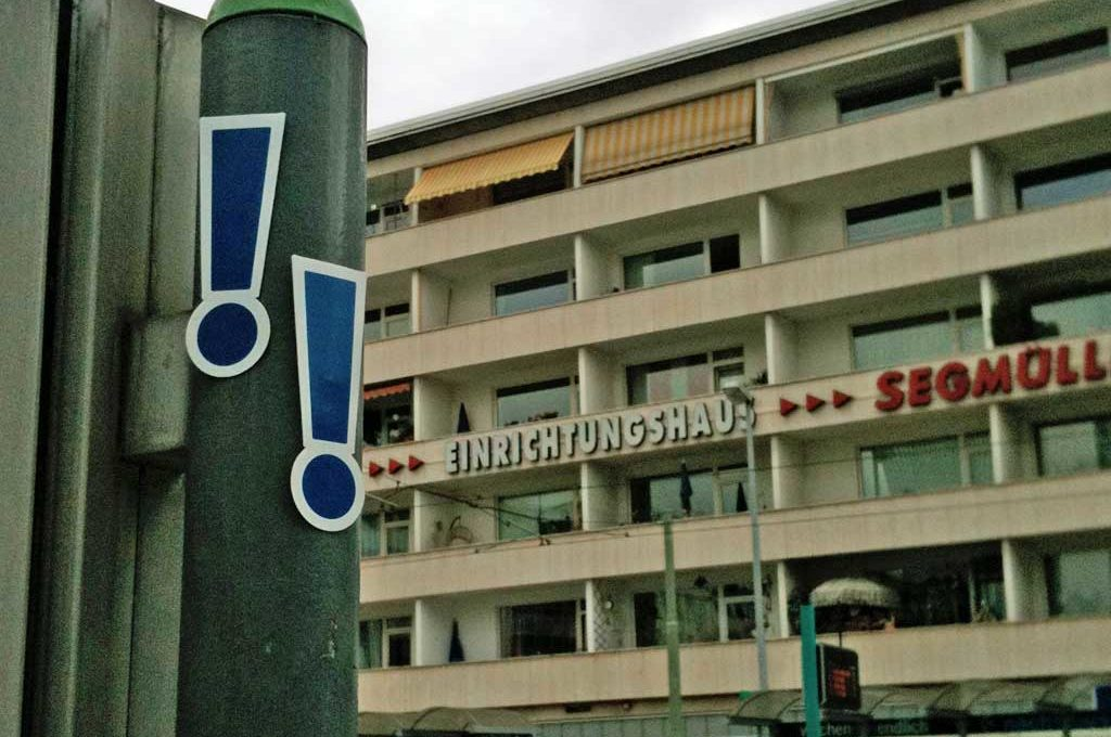 Blaue Ausrufezeichen - Guerilla Marketing in Frankfurt am Main