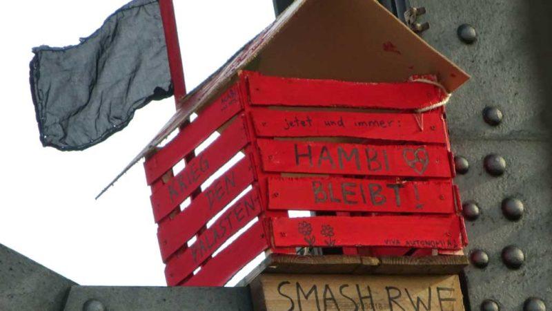 Hambi bleibt - Nachbildung einer Baumhütte