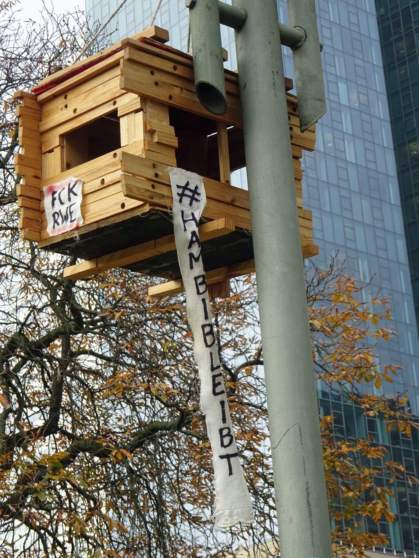 Hambi bleibt - Baumhütte im Hambacher Forst nachempfunden