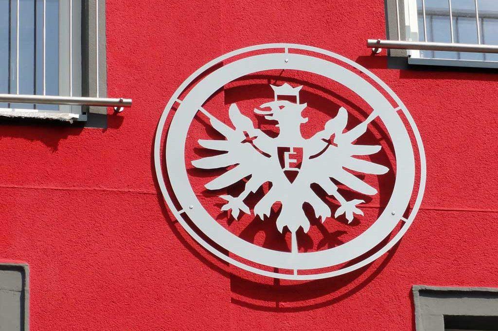 Haus in Frankfurt-Bornheim mit Eintracht-Wappen und Frankfurter Skyline