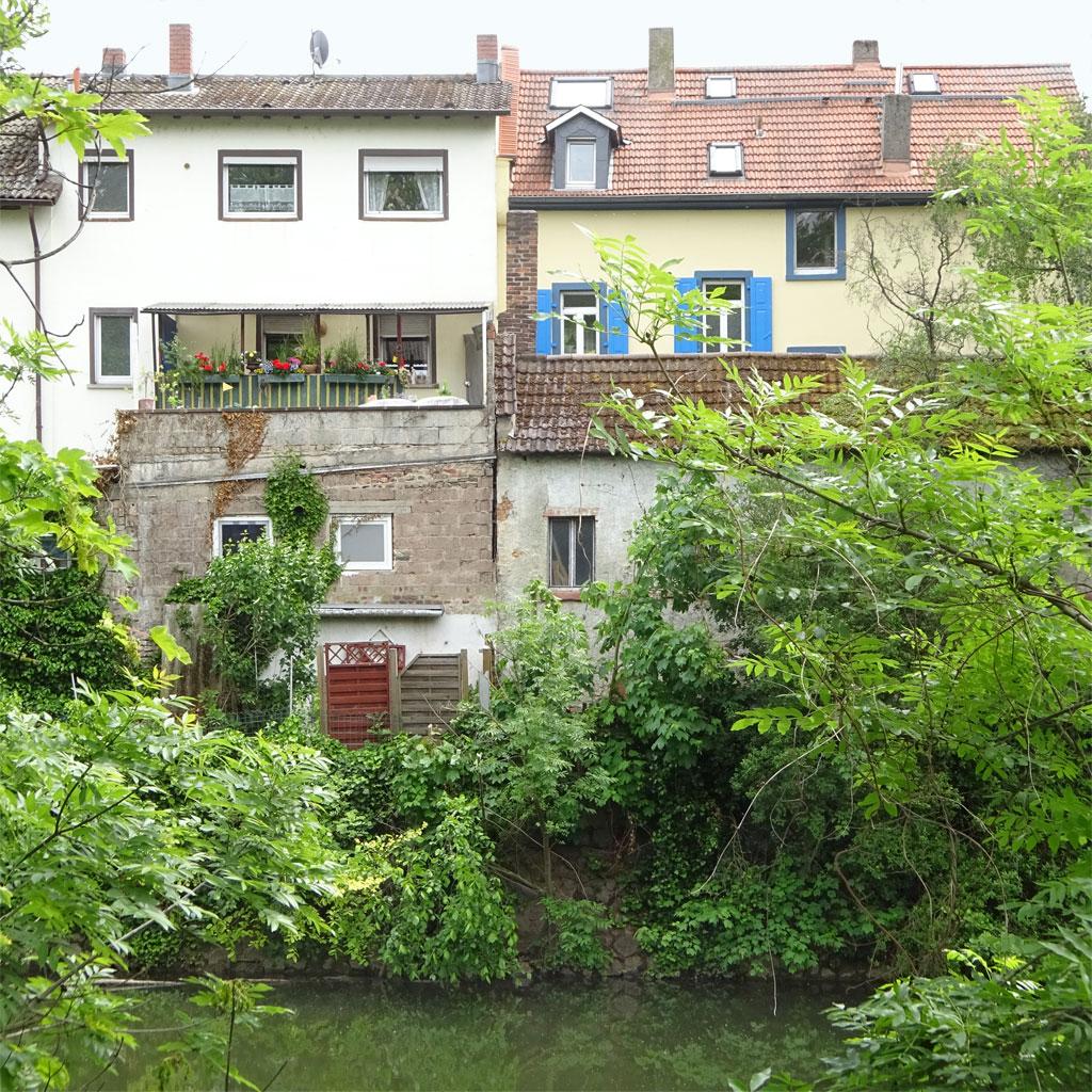 Häuserreihe direkt an der Nidda in Frankfurt