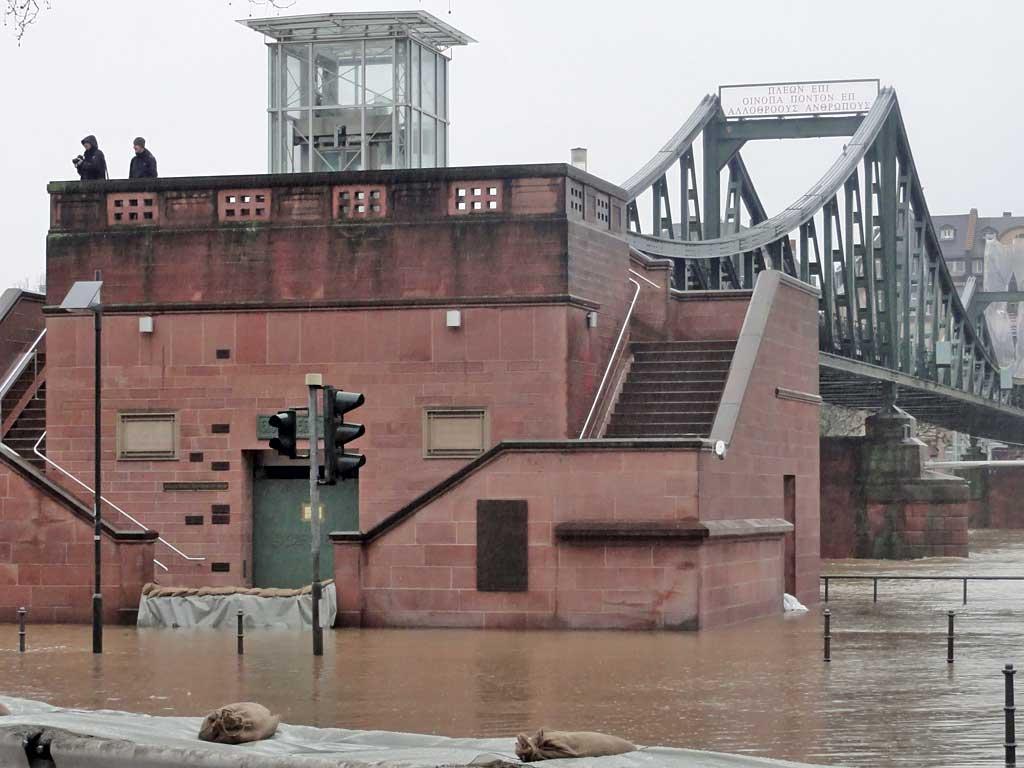 Hochwasser am Main in Frankfurt beim Eisernen Steg