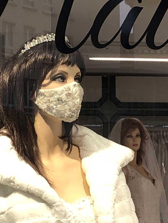 Hochzeitsbekleidung - Braut mit Mund-Nasen-Schutz