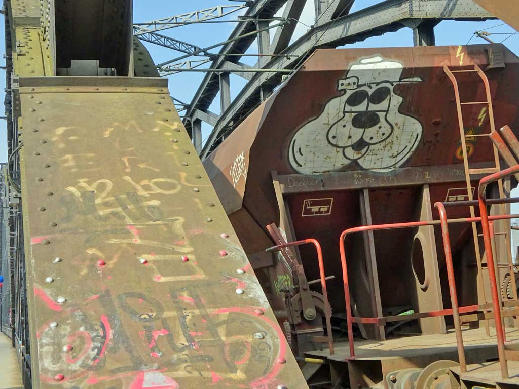 Graffiti eines Hundes auf einem Güterzug