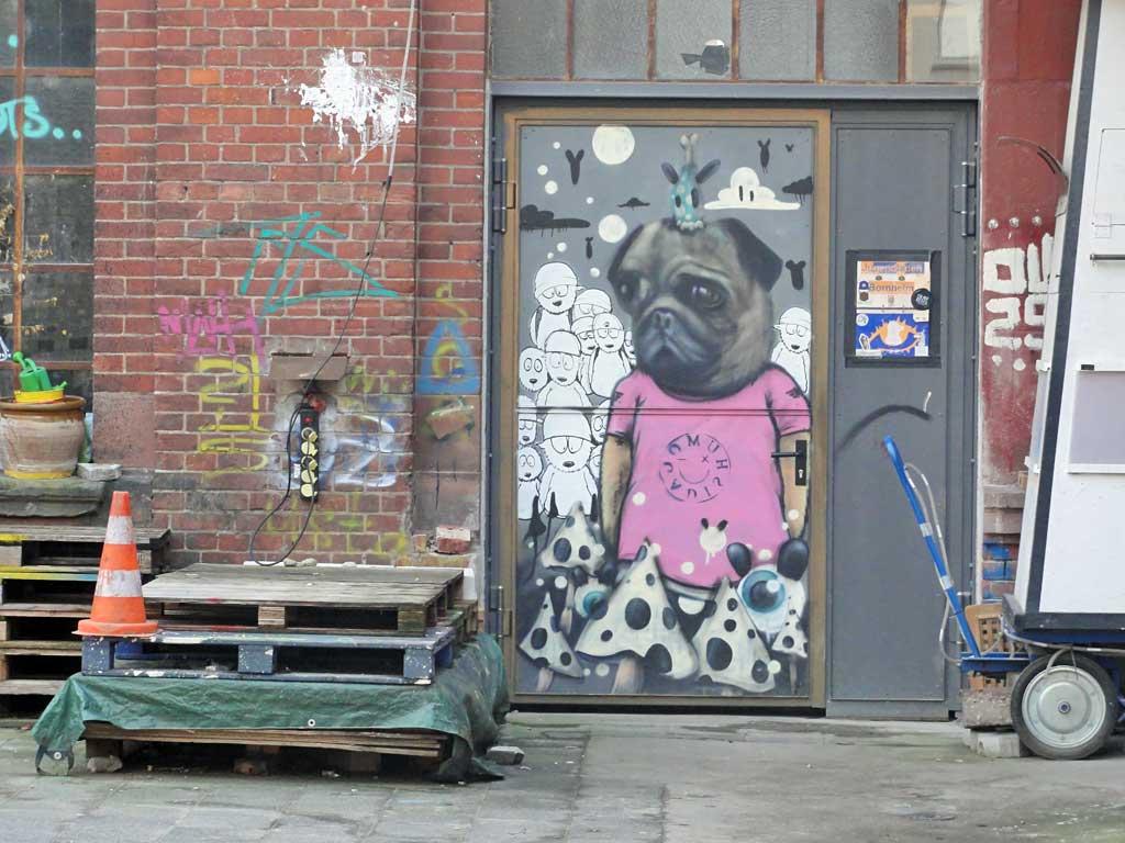 Streetart mit Mops im Shirt