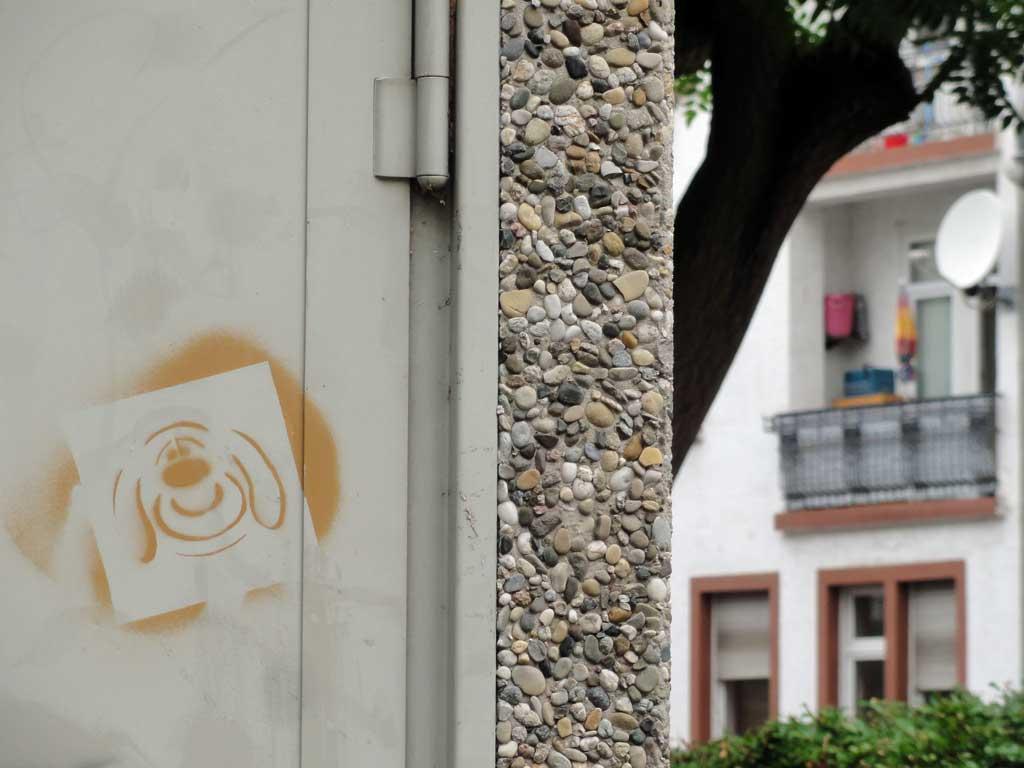 Schablonengraffiti eines Hundes