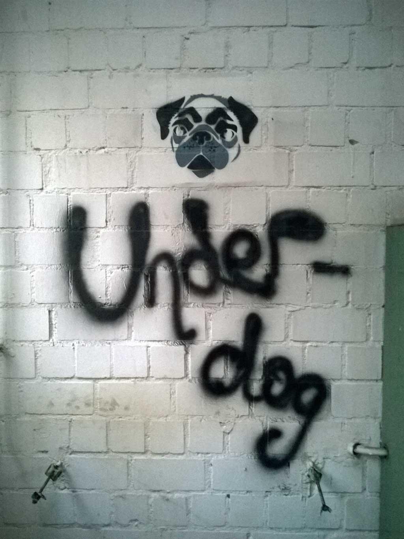 Stencil eines Hundes mit Underdog-Schriftzug