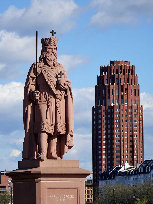 Skulptur von Karl der Große und Main Plaza in Frankfurt am Main