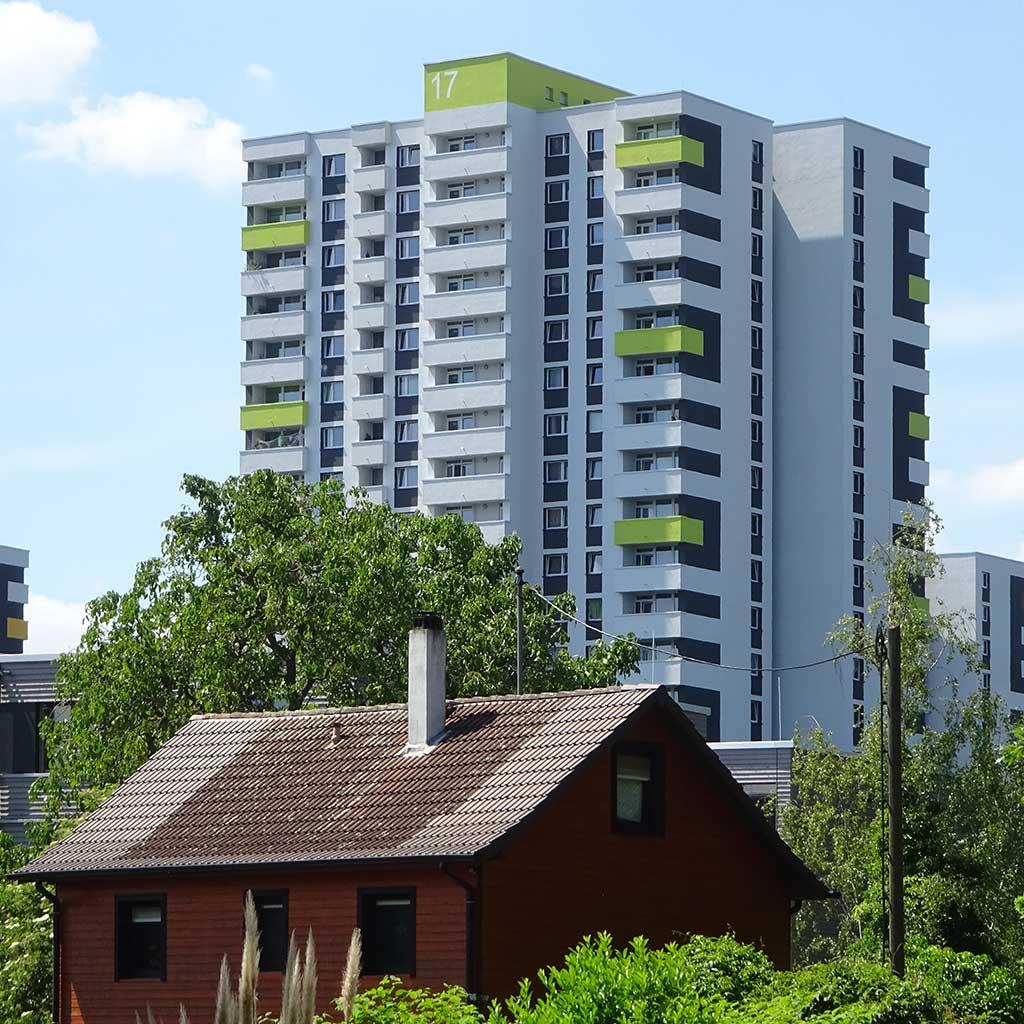 Kleines Haus und Wohnhochhaus in Niederrad