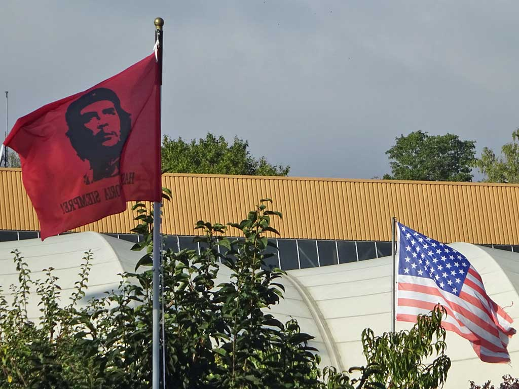 Che Guevara- und USA-Flaggen im Kleingartenverein