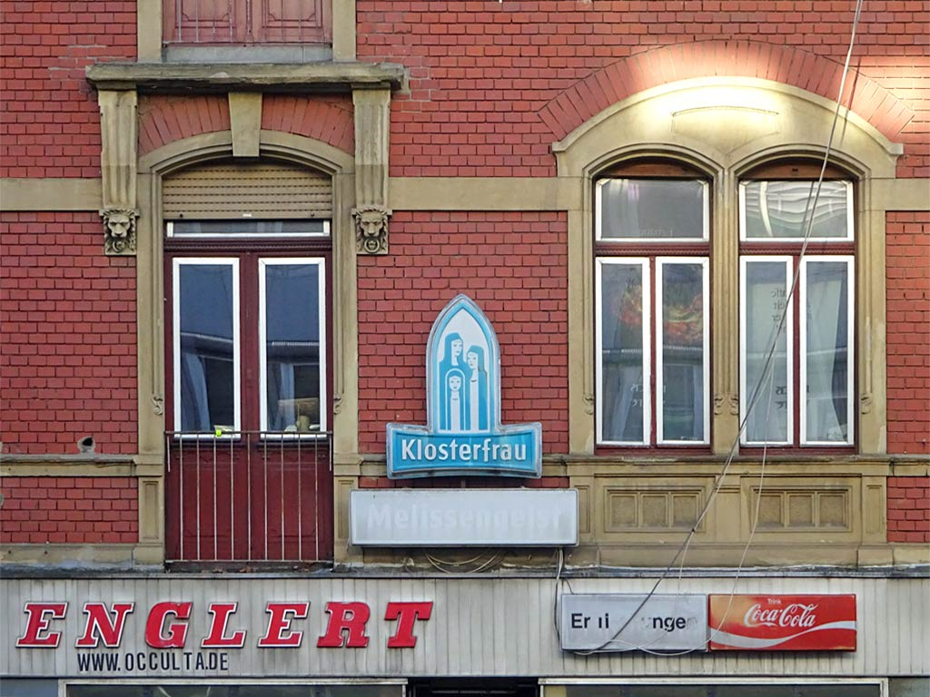 Hausfassade mit Klosterfrau-Melissengeist-Werbung in Frankfurt-Bockenheim