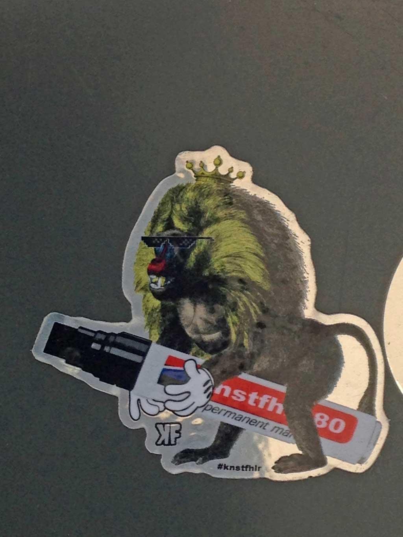 Affe mit Edding-Aufkleber von Knstfhlr