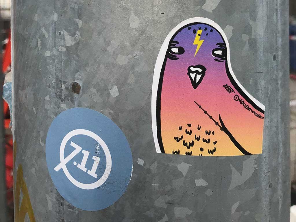 Kollektiv Kleben - Vogel-Aufkleber in Frankfurt