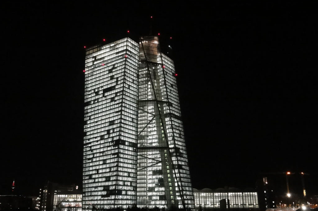 Komplett beleuchtete EZB bei Nacht in FRankfurt