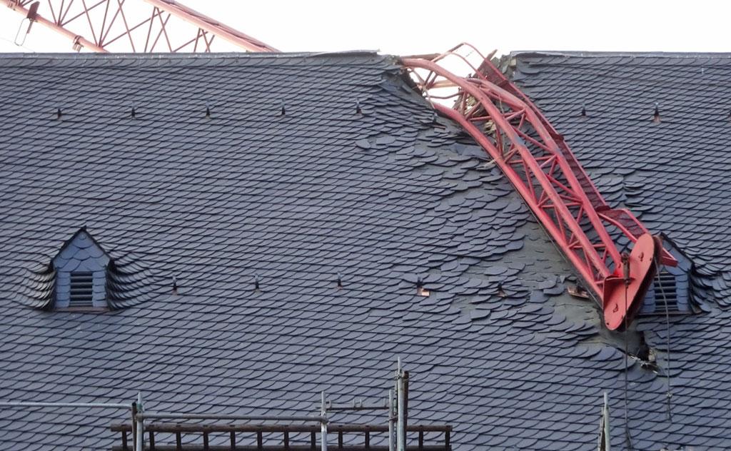 Kranausleger in Dach des Frankfurter Doms gekracht