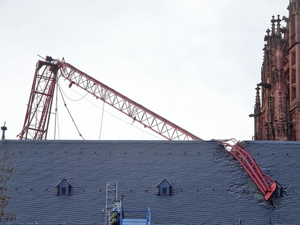 Kranausleger in Dach des Frankfurter Doms gestürzt