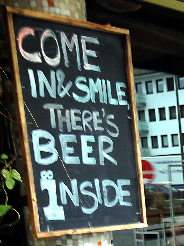 Kreidetafelsprüche - Come in & smile, there's beer inside