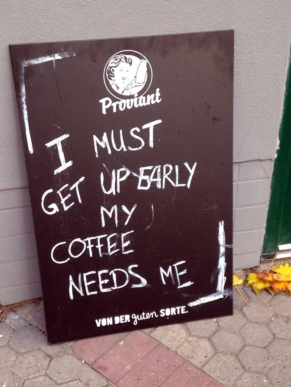 Kreidetafelsprüche - I must get up early my coffee needs me