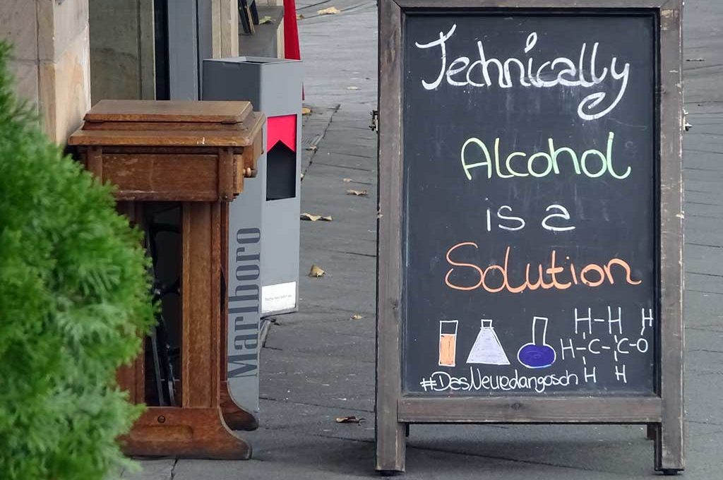 Kreidetafelsprüche - Technically Alcohol is a solution