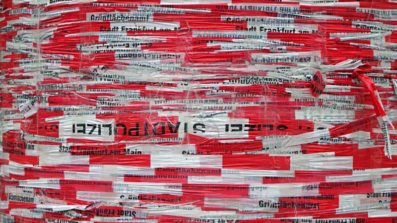 Kunst-Litfaßsäule mit Absperrband in Frankfurt