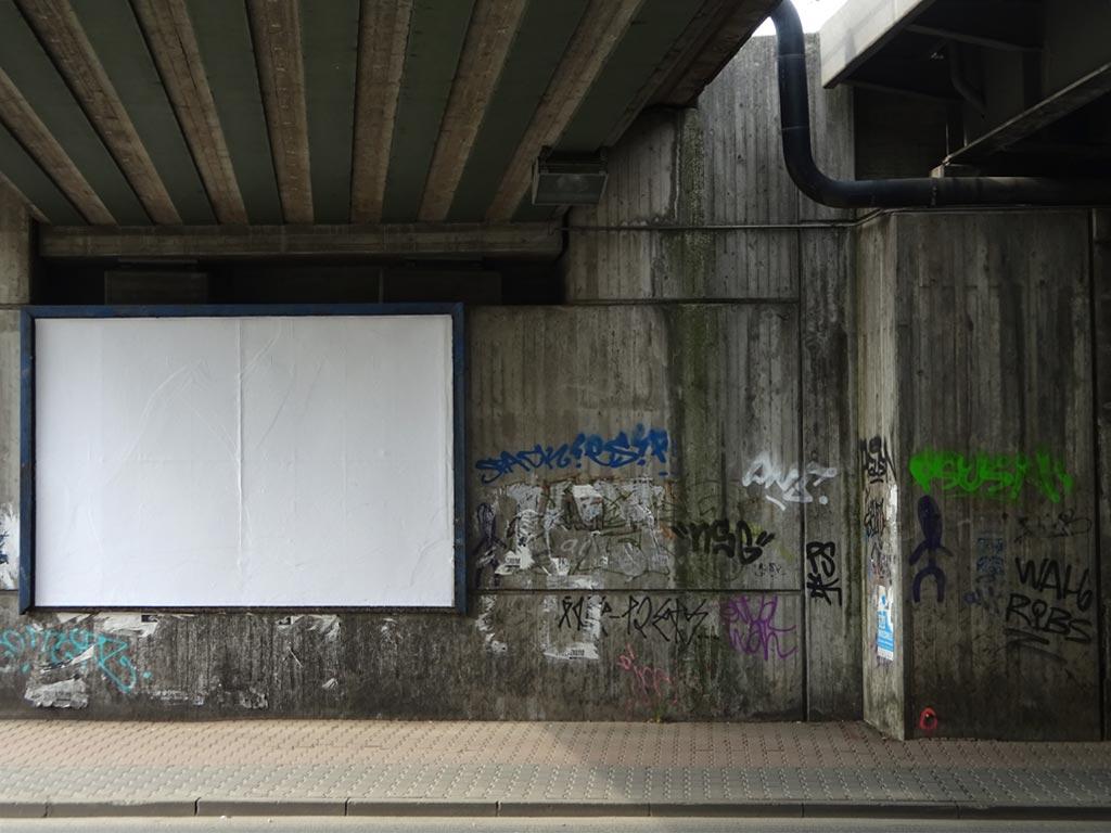 Leere Plakatwand bei einer Unterführung in Frankfurt
