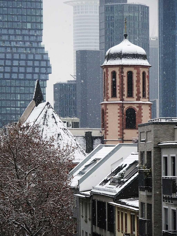 Liebfrauenkirche und Skyline in Frankfurt bei Schnee