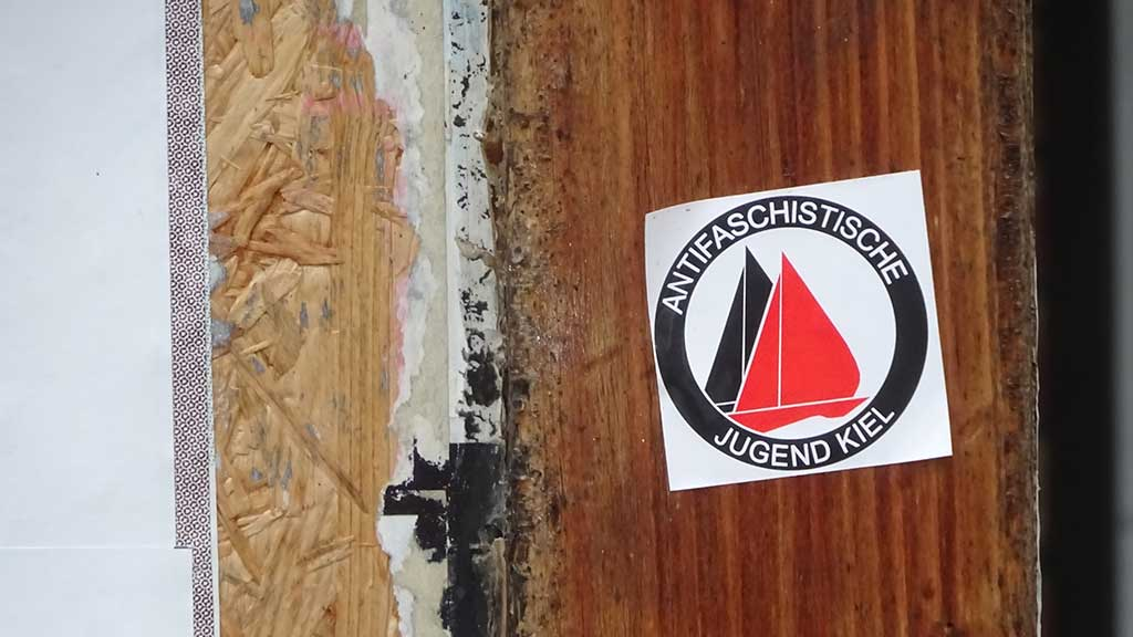 Aufkleber-Varianten zum Logo der Antifaschistische Aktion