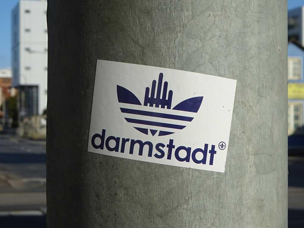 Sticker-Art mit Logo-Abwandlungen: ADIDAS