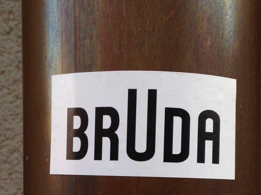 Sticker-Art mit Logo-Abwandlungen: BRAUN