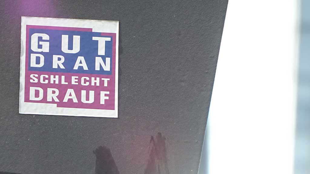Sticker-Art mit Logo-Abwandlungen: Aus GUTE ZEITEN SCHLECHTE ZEITEN wird GUT DRAN SCHLEHCT DRAUF
