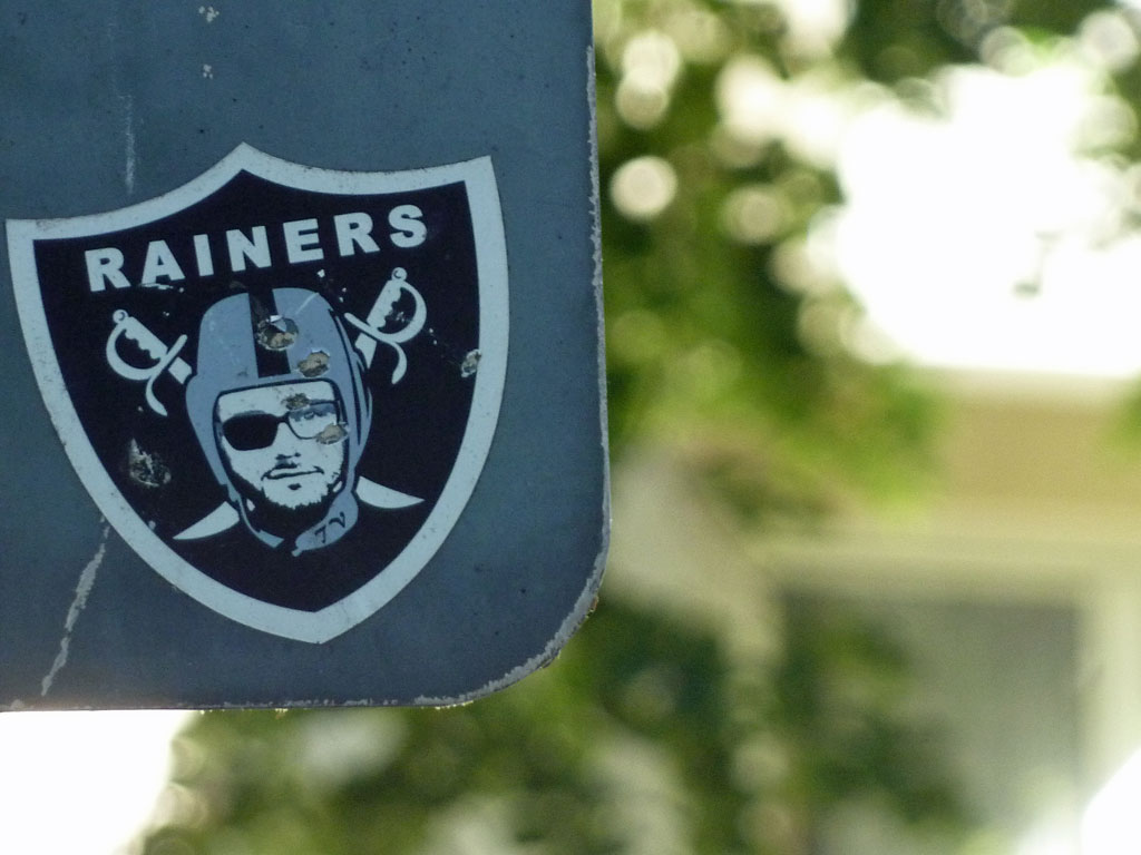 Sticker-Art mit Logo-Abwandlungen: RAIDERS