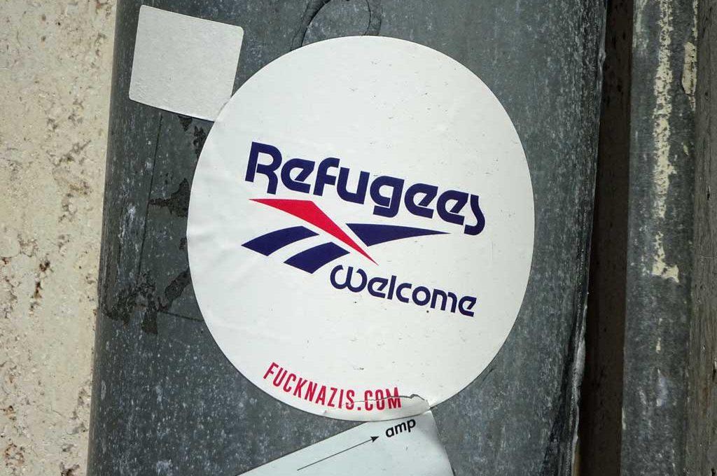 Sticker-Art mit Logo-Abwandlungen: Aus REEBOK wird REFUGEES WELCOME