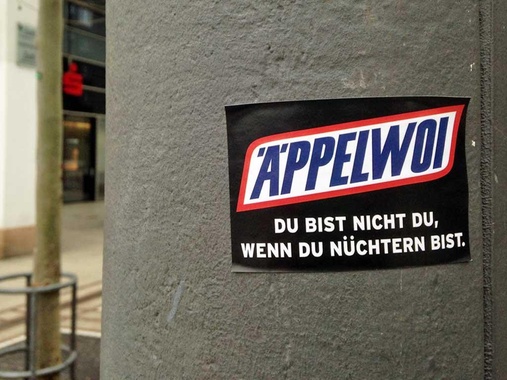 Sticker-Art mit Logo-Abwandlungen: Aus SNICKERS wird ÄPPELWOI