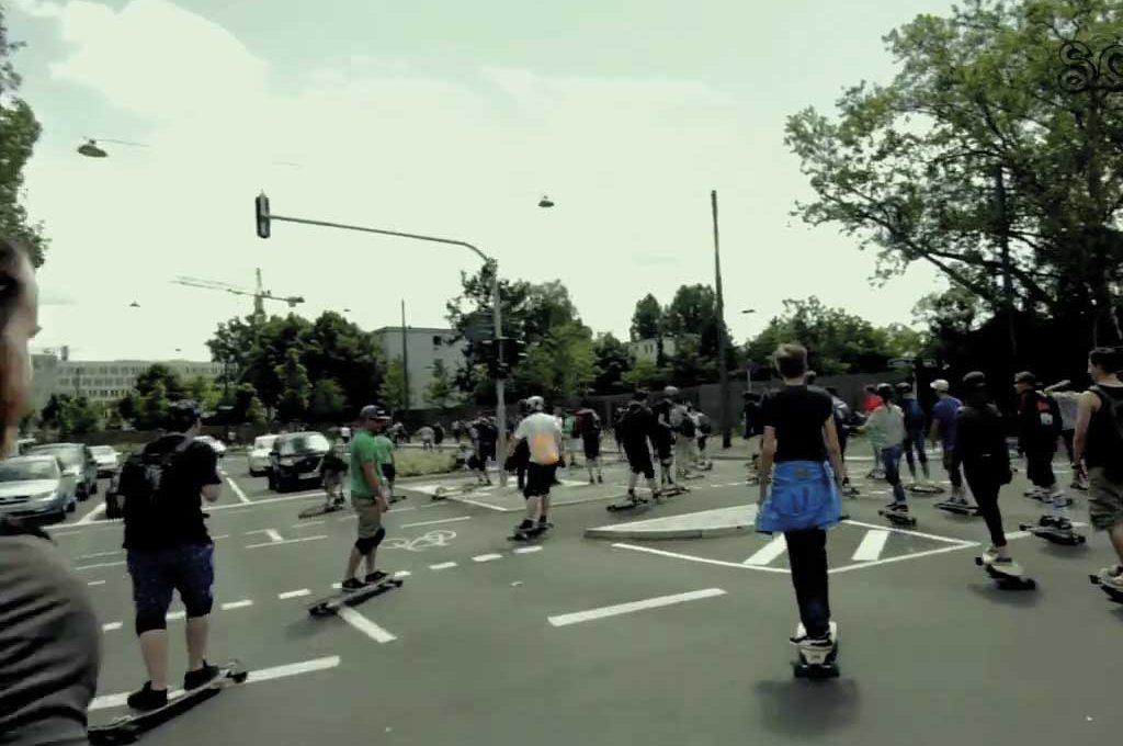 Longboard-Flashmbob in Frankfurt