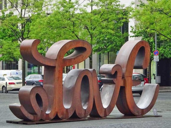 Love Hate Skulptur am Goetheplatz an der Hauptwache in Frankfurt