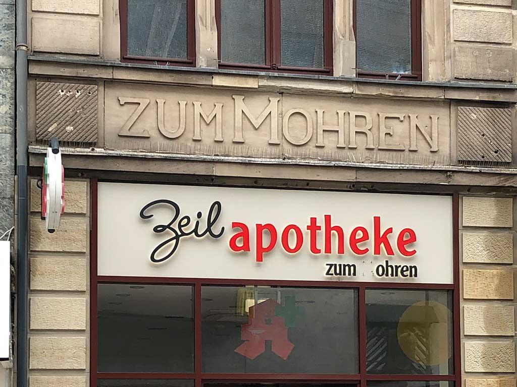 """Das M im Wort """"Mohren"""" bei der Apotheke Zum MOhren in Frankfurt wurde entfernt"""