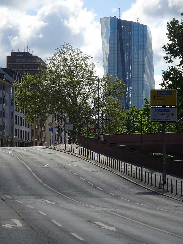 Stadtbilder Frankfurt - Mainkau-Auffahrt mit EZB-Hochhaus im Hintergrund