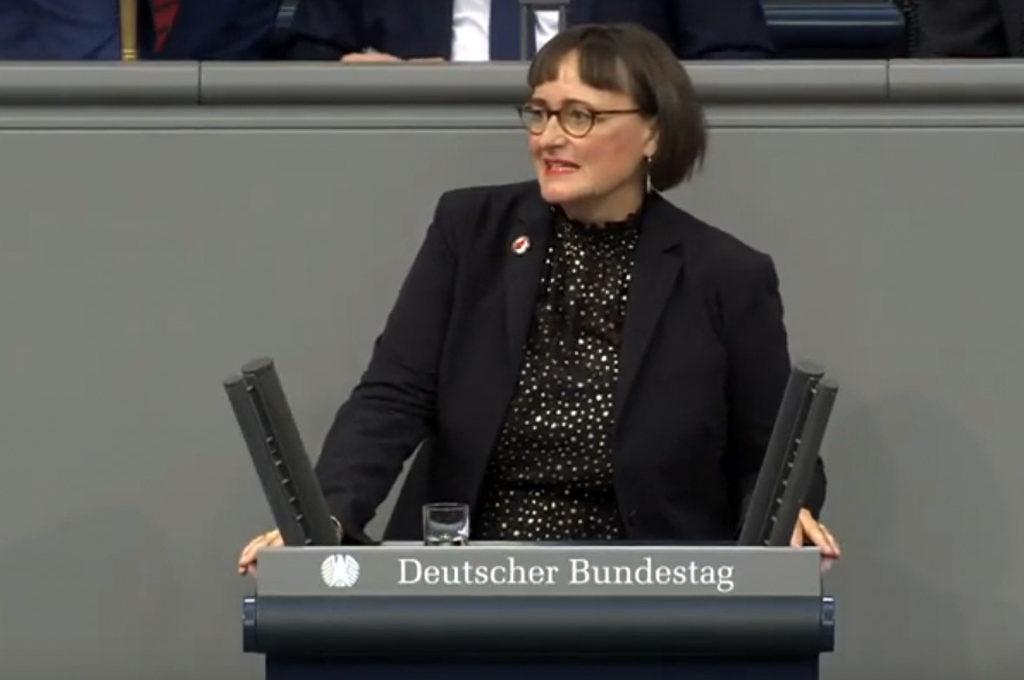 Martina Renner mit Antifa-Anstecker im Bundestag am 26.09.2019
