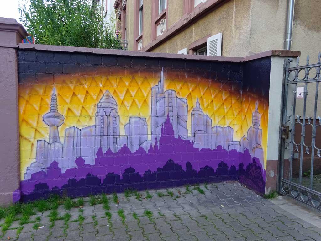 Graffiti-Wandbild von Me One zeigt Skyline und Geripptes